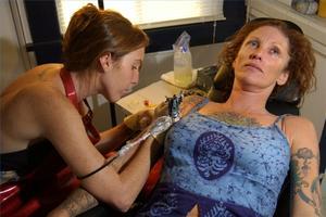 Hur får man en svart ljus tatuering