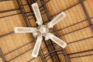 Hur man installerar en takfläkt i ett välvt tak