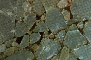 Hur du bifogar en glas kakel Backsplash i granit