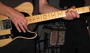 Hur du bifogar en elektrisk gitarr rem