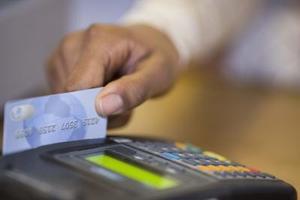 Hur mycket kreditkortsföretagen avgift per transaktion till återförsäljare