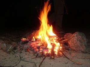 Hur man startar en brand av gnugga Wood tillsammans