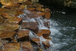 Hur du ansluter till ett vattenfall i en trädgård damm