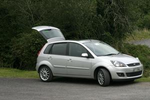 Hur man byter bromsbelägg på en 2000 Ford Focus