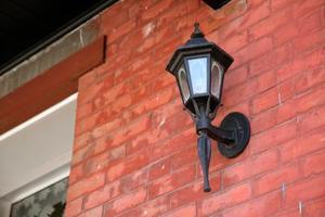 Hur tar man bort en veranda ljus cover för att ändra glödlampan
