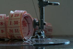 Hur man tråd en spolen på en Singer symaskin Merritt 4552