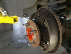 Hur du ändrar trumma bromsbelägg på en Jeep Wrangler