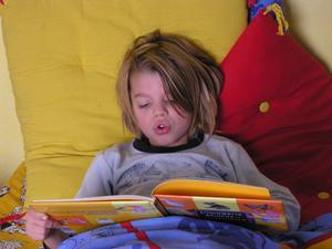 Hur man stoppar småbarn från att rulla ur sängen