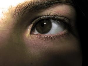 Orsakerna till en svullen nedre ögonlocket
