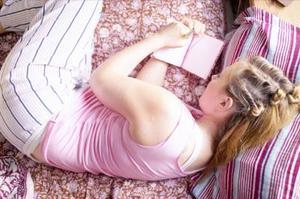 Hur man kan inreda ett sovrum med brunt och lila
