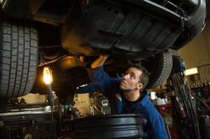 Hur man byter bromsbelägg för en 2005 Chevy Malibu Maxx