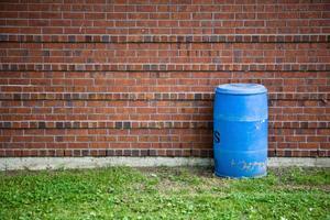Hur man bygger en flotte med blå plast trummor