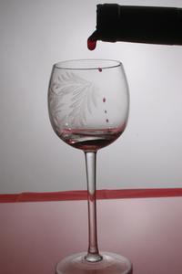 Hur man tar bort vin fläckar från vinglas