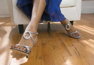 Skor som har remmar kommer upp benet