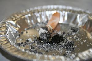 Hur man gör egna rökfri våning askkopp