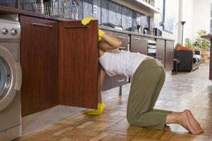 Hur du justerar en kitchen craft gångjärn