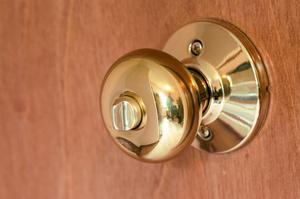 Hur du tar bort ett dörrhandtag med inga skruvar