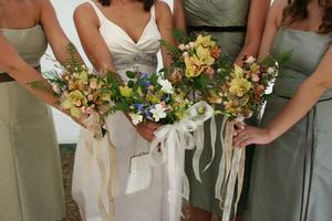 Hur man gör en brudtärna klänning mer uppsvullna