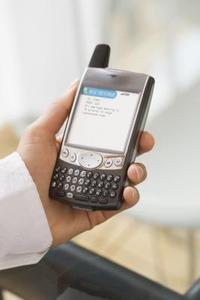 Hur man läser bort textmeddelanden från en BlackBerry 8330 mobiltelefon