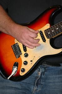 Hur du använder en trådlös gitarr in med effekter pedaler