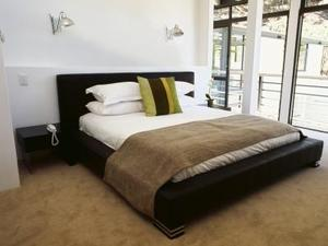 Vilken färg dekorationer går bäst med brunt och svart matta?