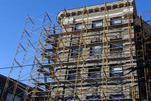 Byggande byggnadsställningar och NYC säkerhet