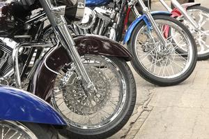 Hur du ändrar gaffel olja i en 2007 Harley FLH
