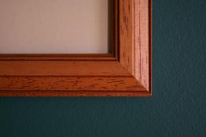 Hur man kan hänga bilder i ett vardagsrum