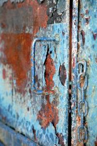 Hur att reparera rost på en metalldörr utanför huset