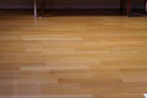 Hur man rengör laminat golv utan att lämna fötter utskrifter