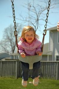 Hur man installerar en utomhus Infant Swing på ett träd