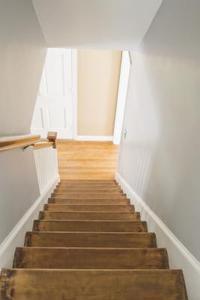 Hur installera kakel över trä trappor