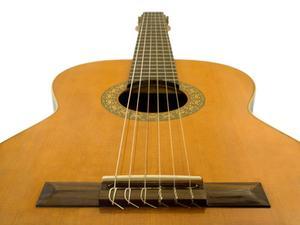 Hur man installerar strängar på en klassisk gitarr