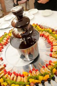 Hur du ställer in en choklad fontän
