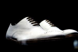 Ta bort svarta märken från vitt läderskor