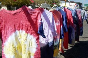 Hur man Tie-Dye bomull skjortor med livsmedelsfärgämne