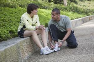 Hur man spetsar upp Sneakers att avlasta foten smärta