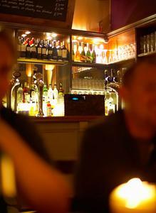 Hur man skapar engelsk pub väggdekorationer
