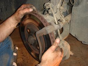 Hur du ändrar rotorer på en 2005 Honda Accord
