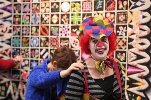 Hur man Clown ansikte måla hemma