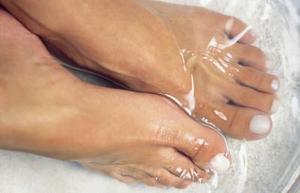 Hur man använder smink att täcka tå liktornar