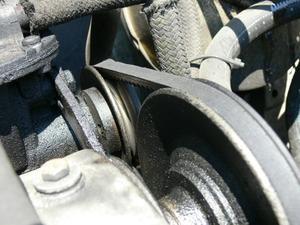 Hur man byter en serpentin bälte på en 2001 Ford Taurus