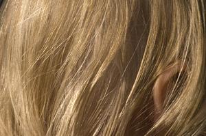 Hur att bleka mörkt hår för att lägga till ljusare färg