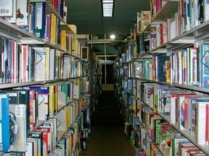 Hur man lägger fiction böcker i rätt alfabetisk ordning i offentligt bibliotek