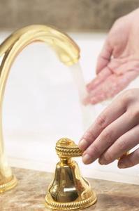 Vad är borrning storlek för badrum fåfänga handfat kranar?