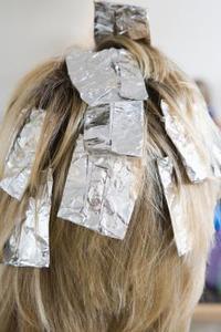 Hur man kan minska kliande hårbotten från färga håret