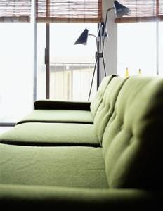 Vad målade väggar med en oliv soffa?