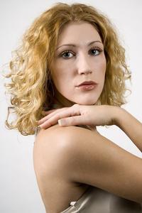 De bästa frisyrer för lockigt hår medellång längd
