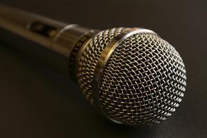Hur du ansluter en Karaoke System