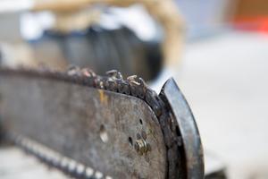 Hur man byter kedjan på en elektrisk motorsåg